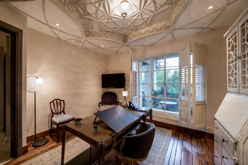 אחד מחדרי העבודה. ''במידה רבה הסגנון של הבית והפנים שלו הולכים נגד הזרם הטבעי שלי'', אומר האדריכל בכנות (צילום: אילן נחום)