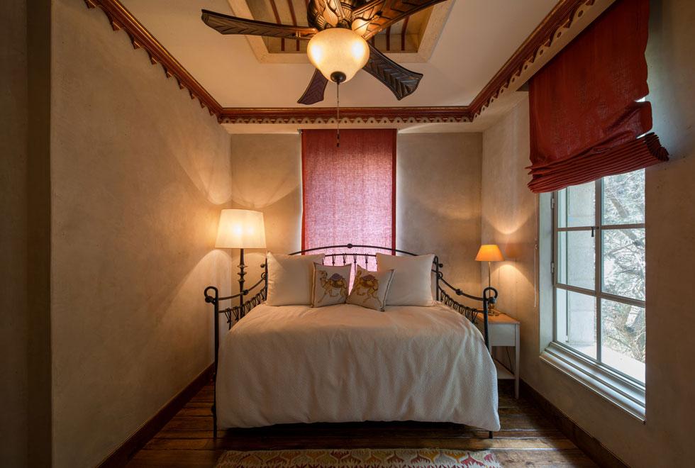 בשתי הקומות העליונות מצויים חדרי השינה - של בני המשפחה (הורים וששת ילדיהם הבוגרים) וגם לאורחים. החדרים אינם גדולים במיוחד, ואת רוב שטחם תופסות מיטות גבוהות וגדולות שאינן משאירות הרבה שטח פנוי (צילום: אילן נחום)