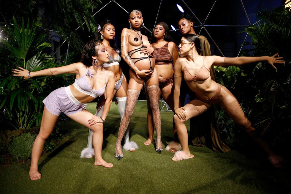 הקרנבל של ריהאנה. תצוגת הלנז'רי בשיתוף פעולה עם פומה (צילום: Brian Ach/GettyimagesIL)