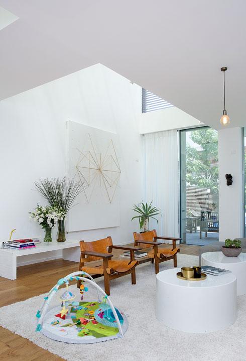 הסלון מוביל אל הגינה (צילום: ענבל מרמרי)