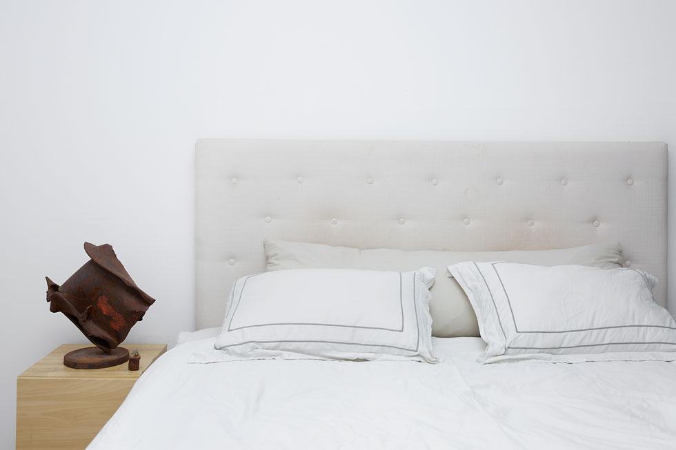 """""""חדר השינה תמיד יהיה המקום המועדף עליי, כי שם המיטה ויש שם את אור"""" (צילום: ענבל מרמרי)"""