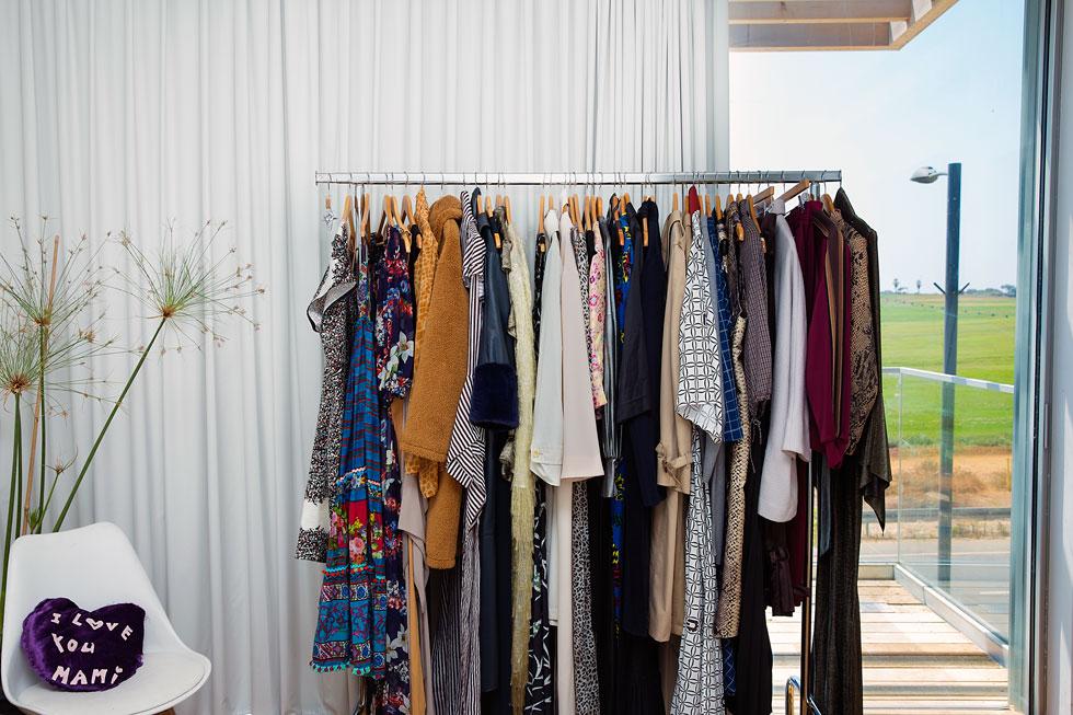 """""""הזמנתי עכשיו את כל סנדלי השורש השחורים שיש. זה נוח, ובמהות שלי אני הכי אוהבת ללבוש ג'ינס וטי שירט. בקיבוץ יש חופש להתלבש"""" (צילום: ענבל מרמרי)"""