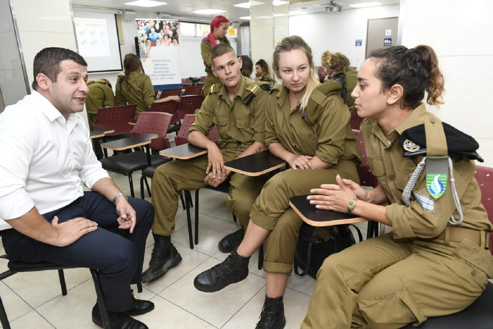 Гендиректор министерства алии Алекс Кушнир рассказывает солдатам об их правах. Фото: Хорхе Новомински
