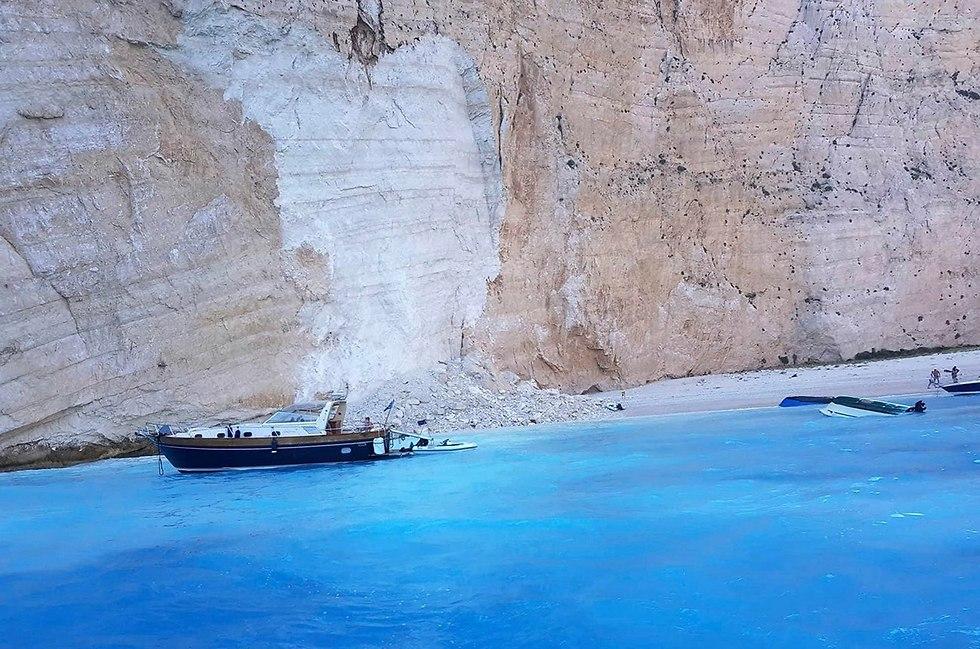 פצועים ב מפולת סלעים חוף נבאגיו ב אי זקינטוס יוון  (צילום: AP)