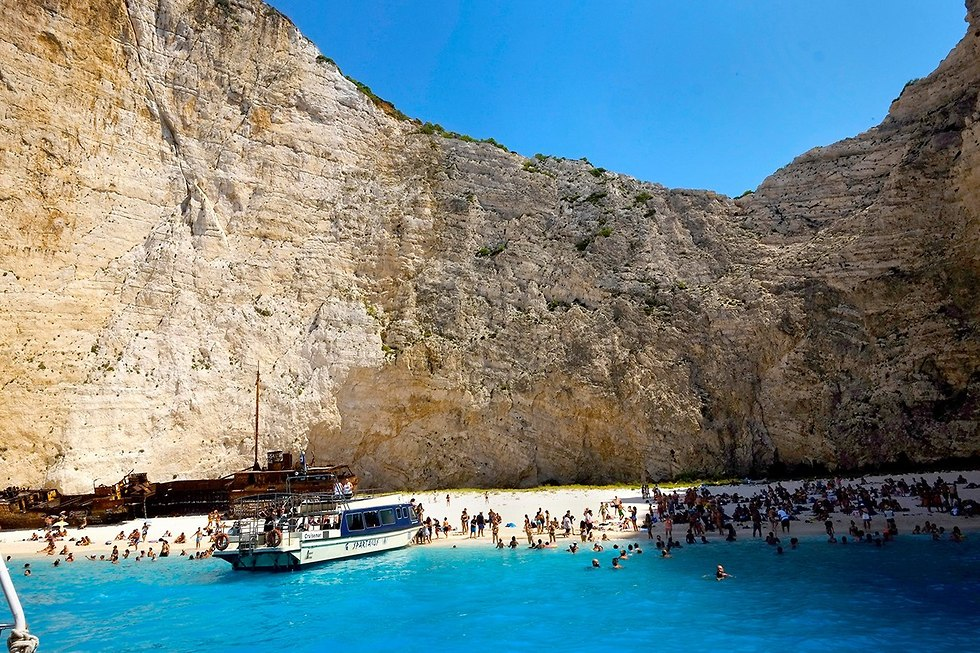 חוף נבאגיו ב אי זקינטוס יוון  (צילום: AP)