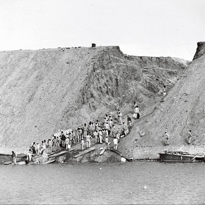 חיילי הארמיה השלישית המצרית ממלאים מים בתעלת סואץ באישור שרון