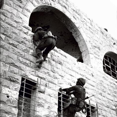 """פנדריך (מימין) מטפס על קיר בית סמוך לאיסמאעיליה יחד עם חיילי צה""""ל"""