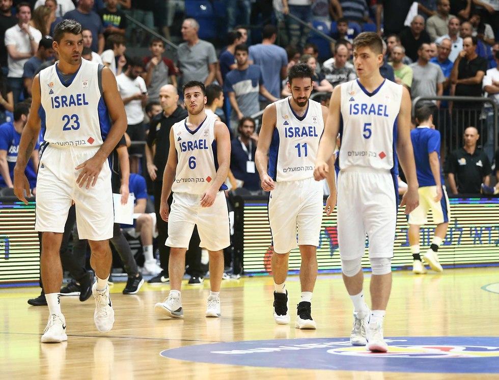 שחקני נבחרת ישראל מאוכזבים (צילום: ראובן שוורץ)