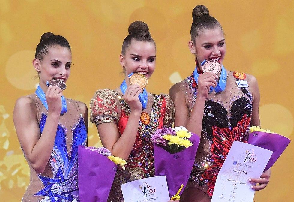 Линой (слева) на пьедестале вместе с российскими спортсменками