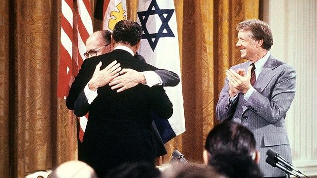 מנחם בגין, אנואר סאדאת וג'ימי קרטר בתימת הסכם השלום בין ישראל למצרים (צילום: AFP)