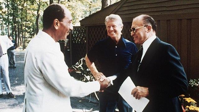 מנחם בגין, אנואר סאדאת וג'ימי קרטר בתימת הסכם השלום בין ישראל למצרים (Photo: AFP)