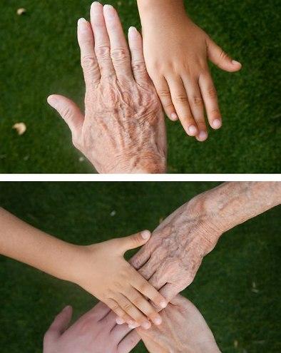 ידיים של נכד/ה, בת וסבתא