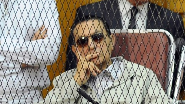 חוסני מובארק עם בניו גמאל ו עלאא בית משפט בקהיר מצרים 2013 (צילום: AP)
