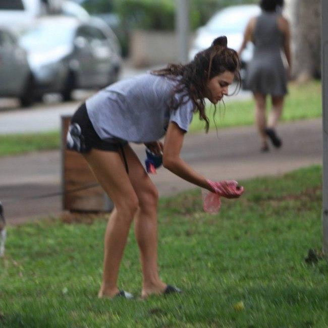 גם דוגמניות על אוספות את הצואה של הכלבים שלהם. שלומית מלכה אזרחית למופת (צילום: מוטי לבטון)