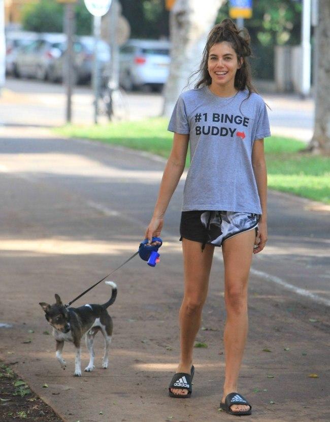הנה החיוך שחיכינו לו לפתוח את הבוקר. שלומית מלכה והכלב בונו (צילום: מוטי לבטון)