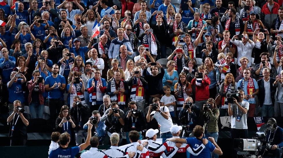 נבחרת צרפת חוגגת עלייה לגמר גביע דייויס (צילום: EPA)