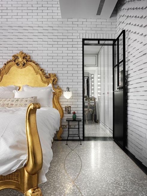 מבט אל חדר הארונות שבגב המיטה הבארוקית (צילום: Kyleyu Photo Studio)