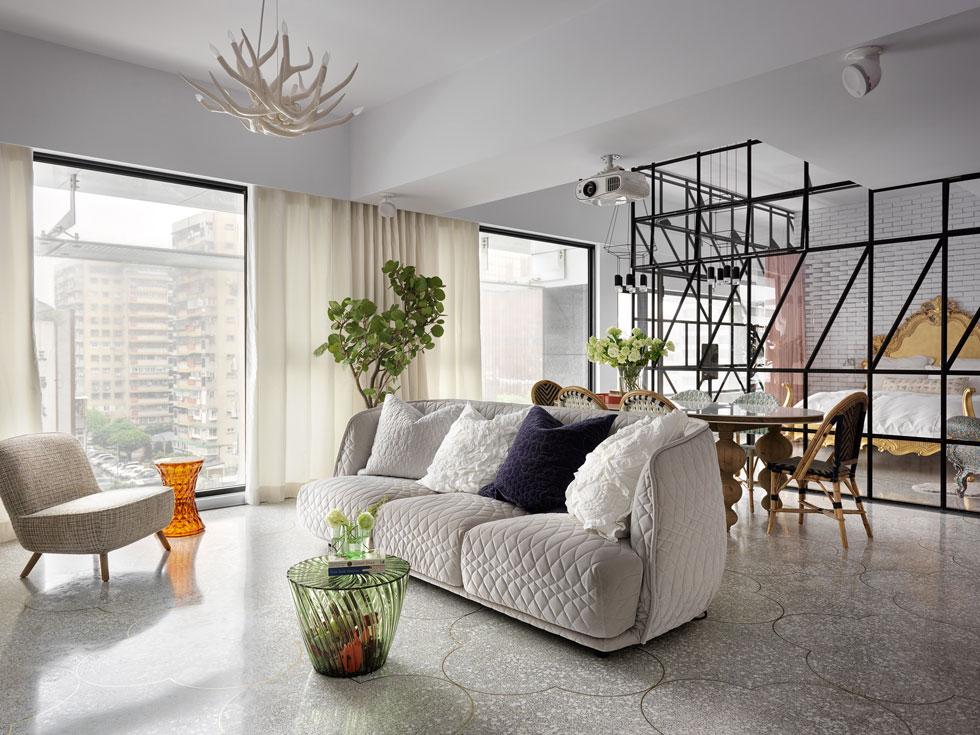 שטח הדירה 132 מטרים רבועים, היא משקיפה אל נופיה העירוניים של בירת טייוואן, ויש לה שני כיווני אוויר. בסלון רהיטים ומנורות של מיטב המעצבים האירופיים (צילום: Kyleyu Photo Studio)