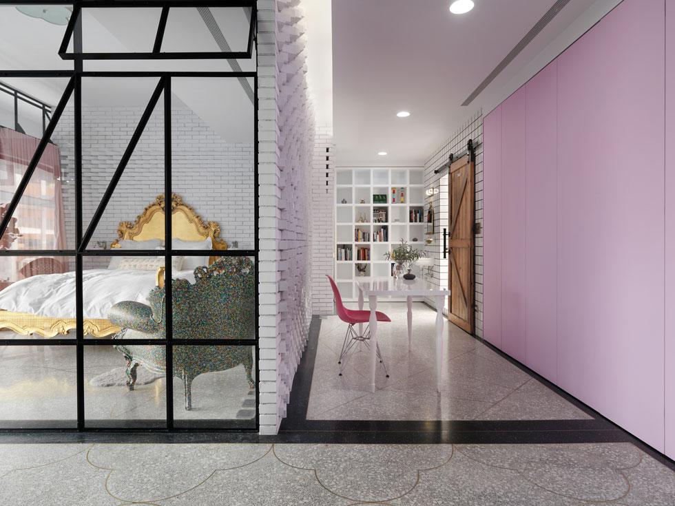 רצפת טראצו יצוקה בדירת יוקרה עכשווית בטאיוואן. משחק בשני צבעים, ופסי מתכת שמונעים מהרצפה להיסדק בצורה אקראית (צילום: Kyleyu Photo Studio)