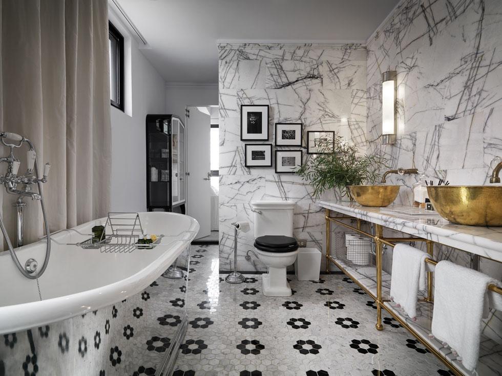 חדר רחצה עם כלים סניטריים בסגנון קלאסי, קירות שיש ורצפה של אריחים שהונחו בדוגמת פרחים. בקצה הדלת הנפתחת לחדר הילדים (צילום: Kyleyu Photo Studio)