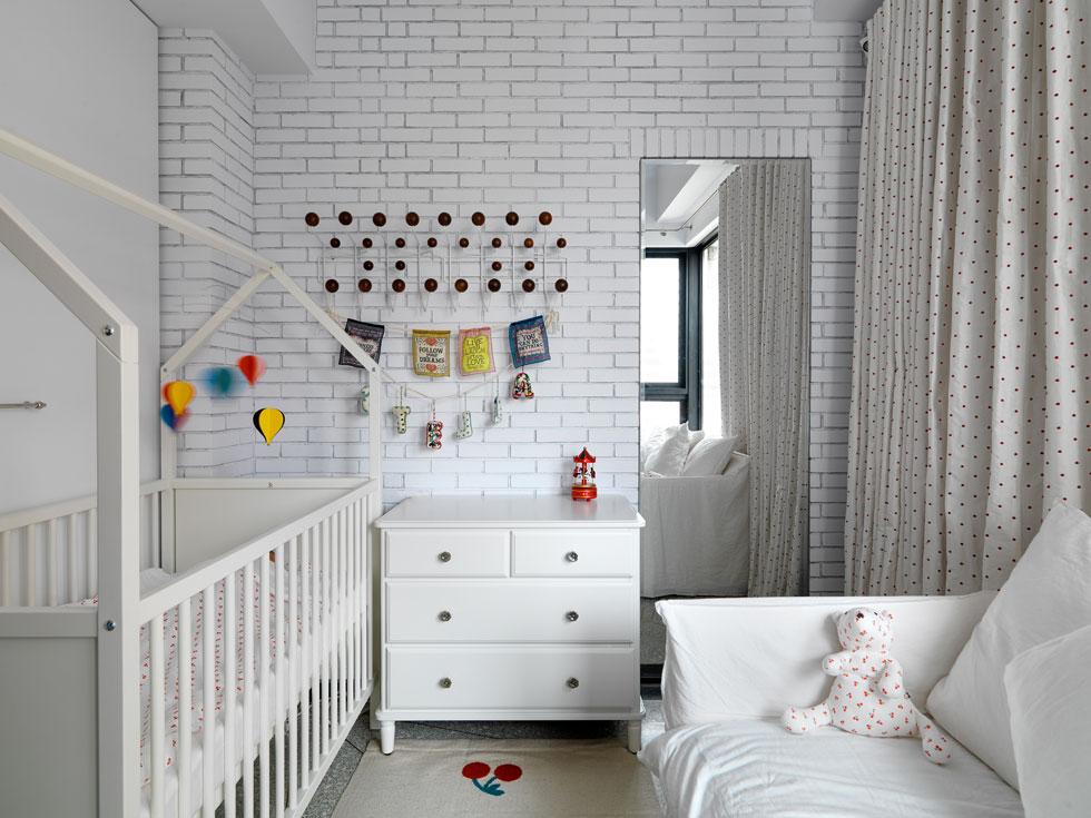 גם בחדר הילדים פריטים איקוניים (כמו מתלה שעיצבו ריי וצ'ארלס אימס). המיטה שעונה בגב הספרייה, והמראה עוזרת לתחושת המרחב ומסתירה מאחוריה דלת הנפתחת לחדר הרחצה המשותף (צילום: Kyleyu Photo Studio)