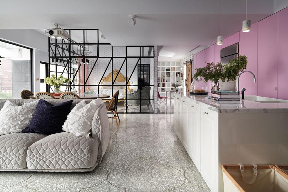 מבט מאזור המטבח והסלון, דרך חדר השינה השקוף ועד לספרייה הנעה, שמשמשת גם כדלתו של חדר הילדים (צילום: Kyleyu Photo Studio)