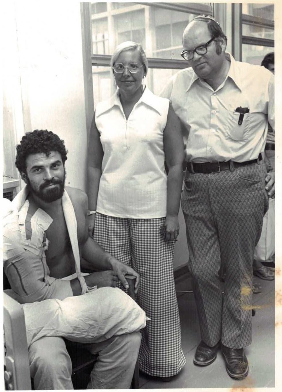 חייל פצוע עם BG ובעלה בבית החולים הדסה (צילום: ארכיון נשות הדסה)