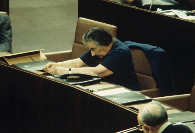 גולדה מאיר בישיבה שבה הודיעה על התפטרותה. המחאה של מוטי אשכנזי תפסה תאוצה (צילום: דוד רובינגר)