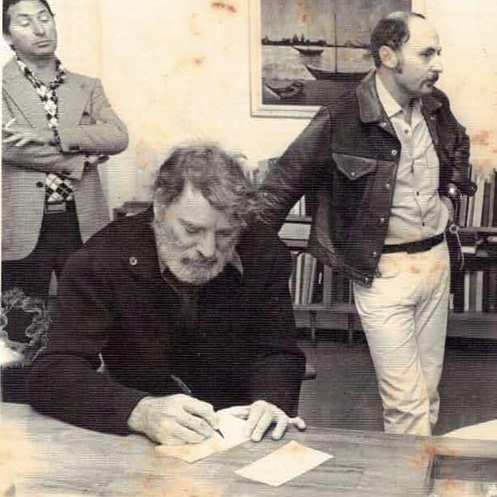 השחקן קירק דאגלס כותב ברכה בעת ביקור בהדסה במלחמת יום כיפור (צילום: ארכיון נשות הדסה)