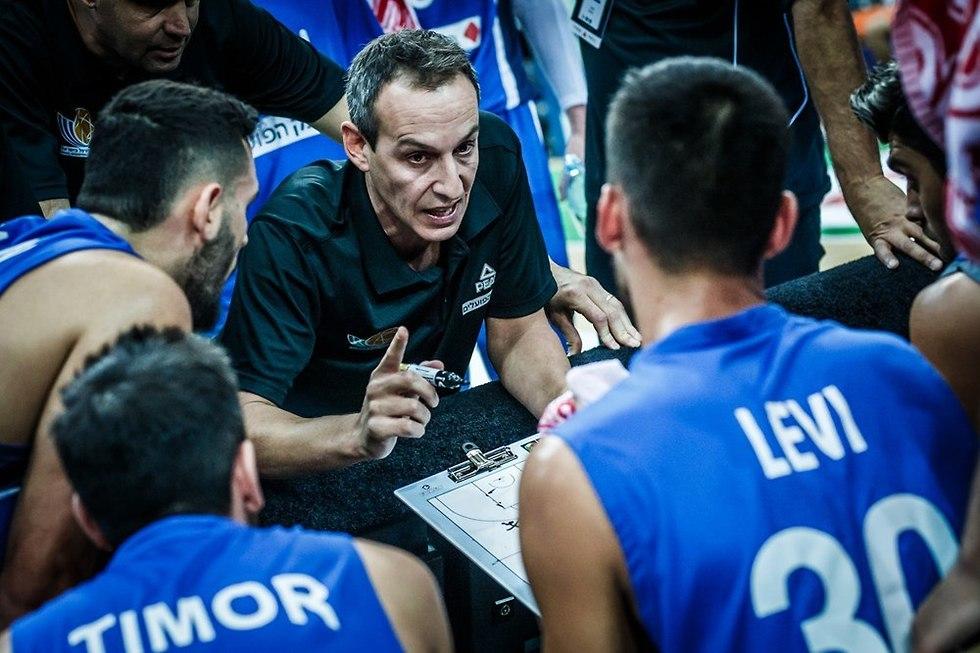 עודד קטש מתדרך (צילום: FIBA.com)