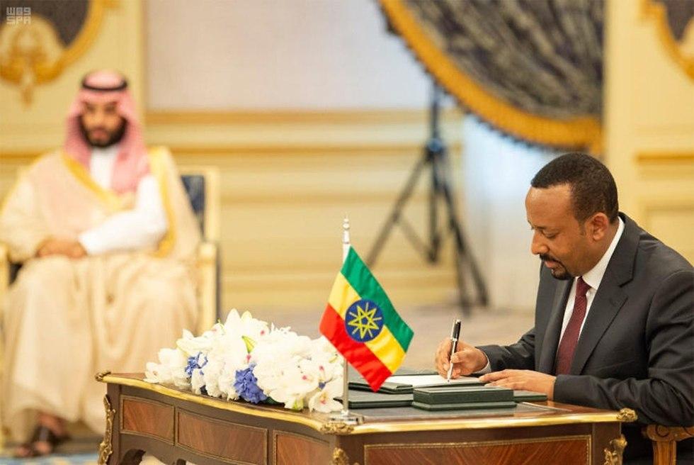 ראש ממשלת אתיופיה אביי אחמד חותם ב סעודיה על הסכם שלום עם אריתריאה (צילום: EPA)