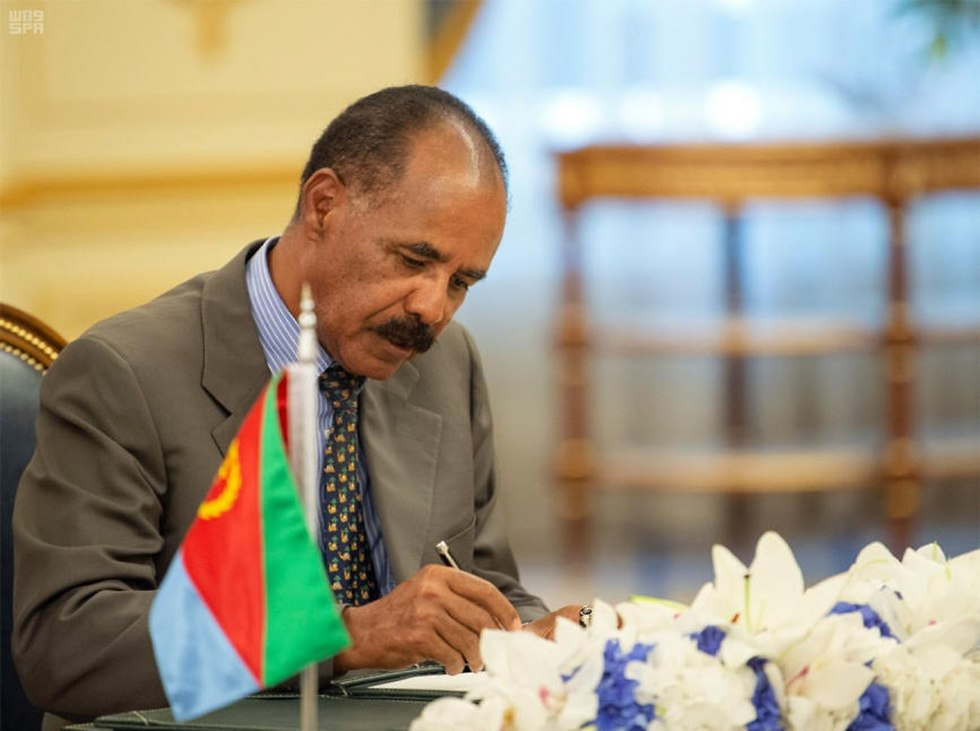 נשיא אריתריאה איסיאס אפוורקי חותם ב סעודיה על הסכם שלום עם אתיופיה (צילום: EPA)