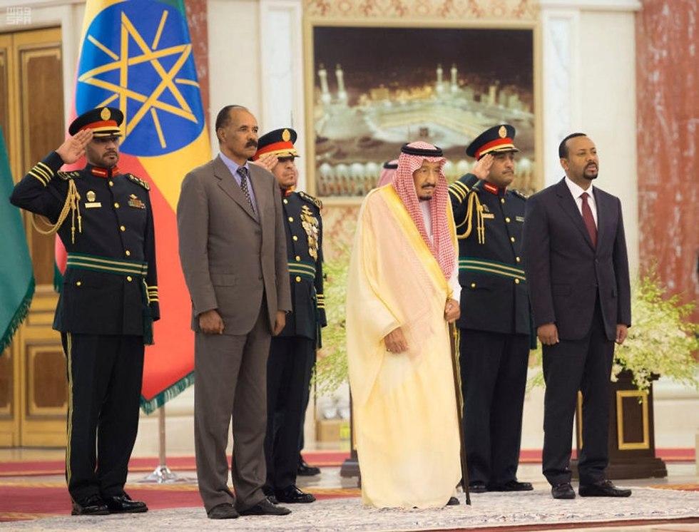 מנהיגי אתיופיה ו אריתריאה חותמים על הסכם שלום ב סעודיה (צילום: EPA)