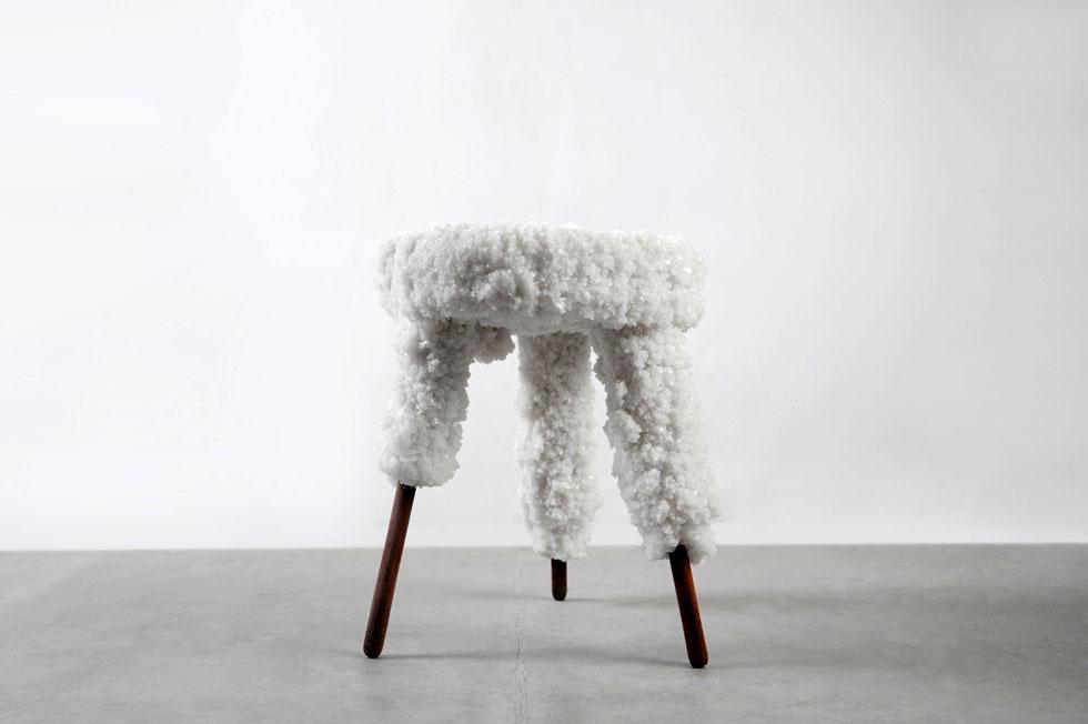 השרפרפים הטבעוניים עשויים שאריות עץ, חלקי רהיטים משומשים, דבק טבעוני וליפה. כאן בתמונה גלגול קודם של הפרויקט, שהחל ב-2012 (צילום: קלאודיה רוטקגל)
