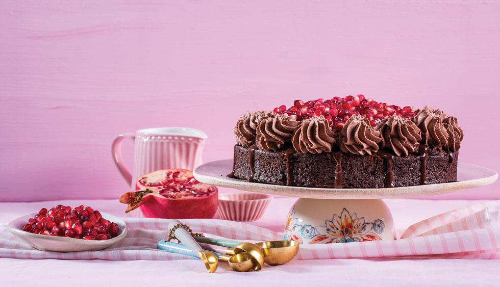 מפוארת. עוגת שוקולד רימונים עם גנאש שוקולד וקצפת קקאו  (צילום: בועז לביא, סגנון: נעה קנריק)