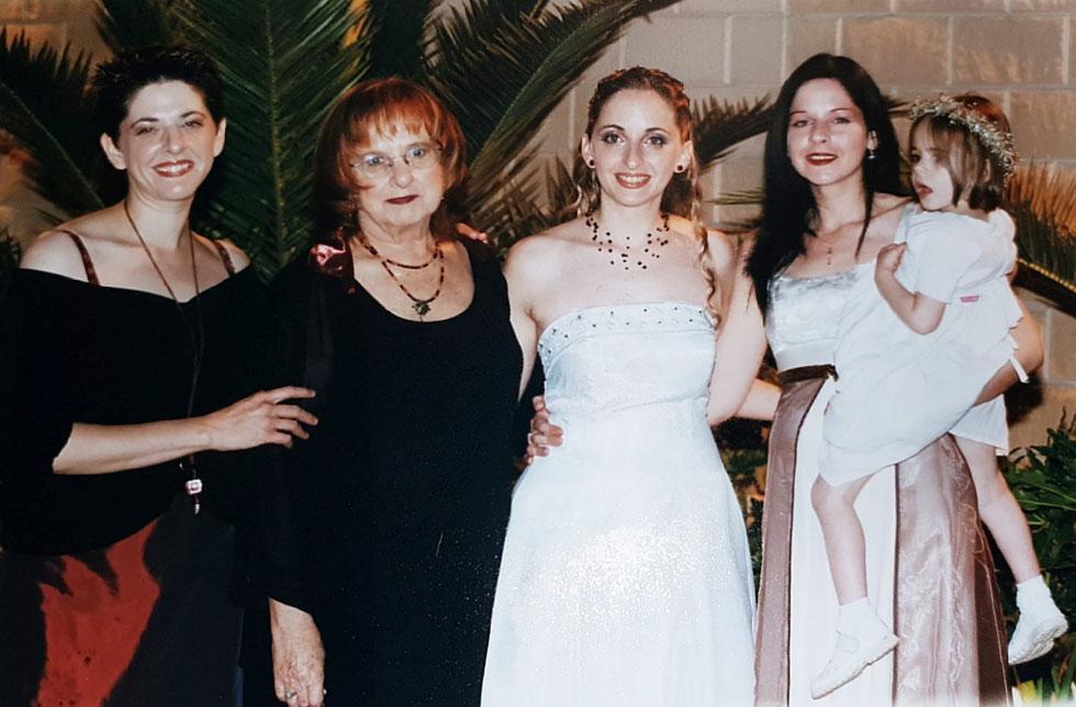 """אילת ובנותיה בחתונה של הבת שירה. מימין: טל (עם בתה מיאל), שירה, דפנה אילת ומיכל. """"לא היו לה מרפקים, והיא לא הייתה צריכה"""" (צילום רפרודוקציה: יאיר שגיא)"""