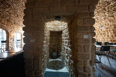 בתוך מסעדת אבולעפיה האבנים מככבות, וגם באר שנחשפה (צילום: דור נבו)