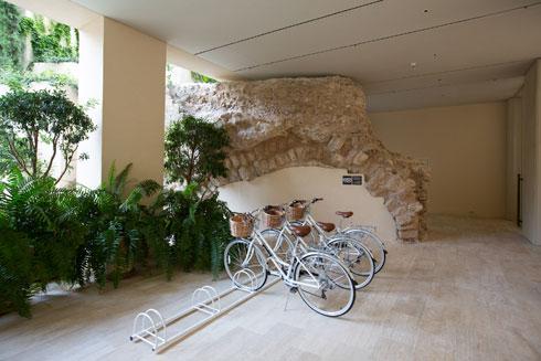 מחוץ למגדל השמירה שנחשף בכניסה ל''דה ג'פה'' חונים היום אופניים המשרתים את אורחי המלון (צילום: דור נבו)