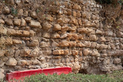 בעצם נראית כאן ליבת החומה, כלומר אבני הפנים והמילוי. האבנים החיצוניות, המסותתות, נשדדו לטובת מבנים אחרים (צילום: דור נבו)