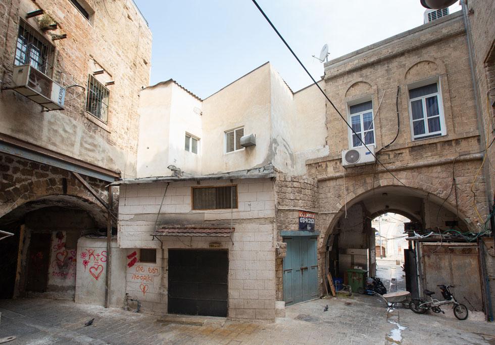 מול הסביל המשומר היטב נמצא ''שער ירושלים'', פעם השער היחיד בחומה מכיוון היבשה. זה היה מקום מפואר, והיום רחבה מוזנחת. נותרו הסמטאות המובילות אל העיר העתיקה, וגם קטעי קשת וחלק מהמגדלון המערבי של מצודת השער (צילום: דור נבו)