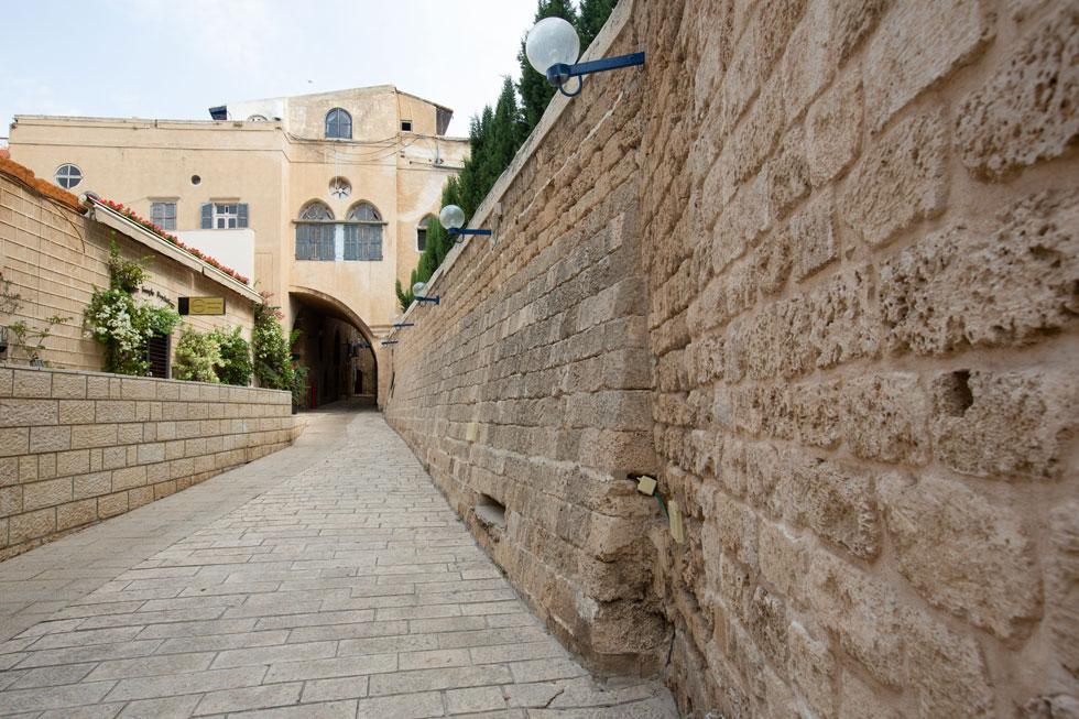 החומה הנאה בסמטאות העיר העתיקה היא חדשה יחסית, אך בהמשכה (מימין בתמונה) קטע אמיתי מהחומה המקורית (צילום: דור נבו)