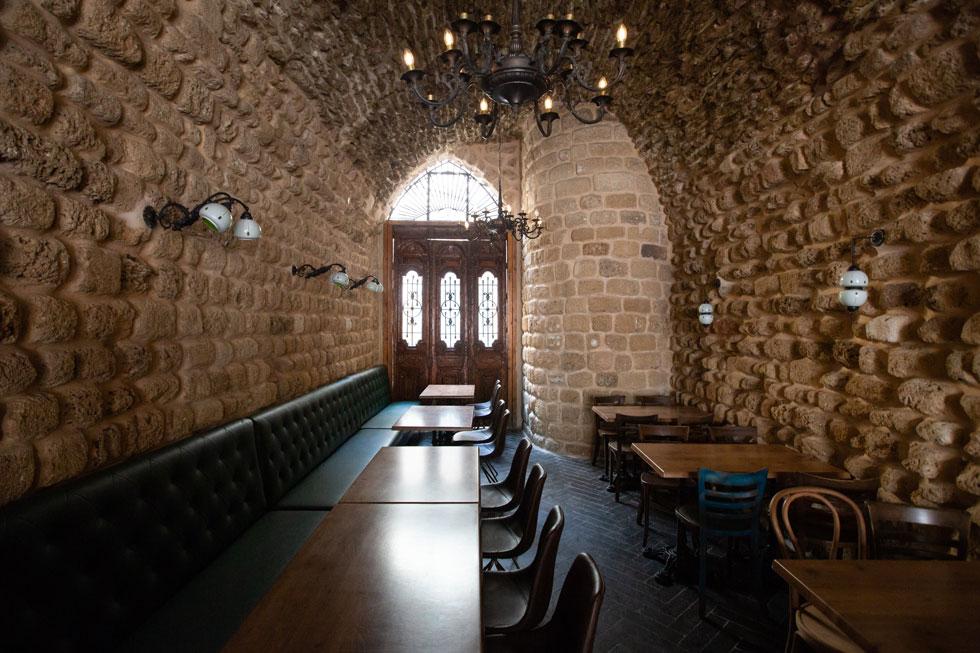 שרידי החומה נבלעו בקירות האחוריים של החנויות. בעורף האולם של מסעדת אבולעפיה (בתמונה) נשמר יפה המגדל הדרום-מזרחי של מצודת השער (צילום: דור נבו)