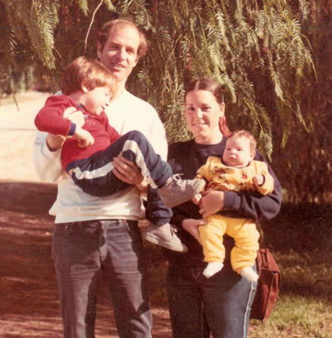"""כתינוקת, עם ההורים והאח הבכור תומר. """"הייתי ילדה שמחה וחברותית"""" (צילום: אלבום פרטי)"""