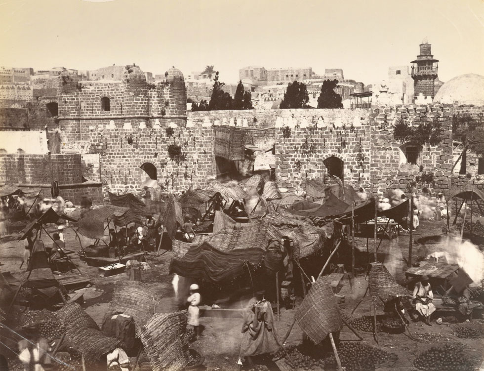 השער הראשי בחומה שהייתה: ''שער ירושלים'', שממנו יצאה הדרך לכיוון ירושלים (צילום: Félix Bonfils, Courtesy of The New York Public Library)