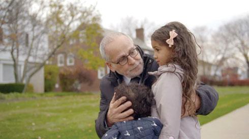 """חיים הכט עם הנכדים לביא ונפתלי. """"אני סבא שמשתולל ומתפרע ועושה שטויות וכיף לי איתם מאוד"""""""
