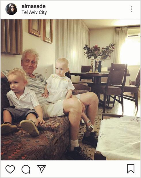 מוני מושונוב עם הנכדים נינה ומיכאל (צילום: מתוך האינסטגרם של almasade@)