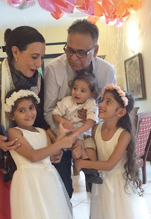 """וינוד ורינה פושקרנה עם הנכדים ג'ייד, מאיה וארי שחיים בסינגפור. """"ראג' לא יהודי אבל הבטיח שהילדים יגדלו בקהילה יהודית, וקיים"""""""