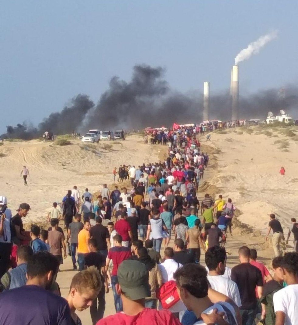Gazans gather along border region