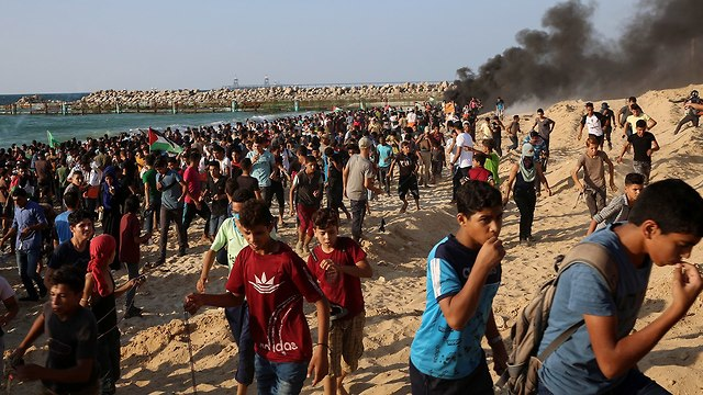 Palestinians protest on coast (Photo: AP)
