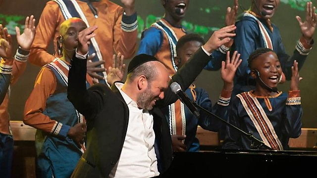 יונתן רזאל עם Mzansi youth choir. ההתרגשות באוויר ()